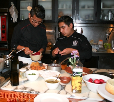 Ricardo García, chef, Náos and Jesús, his assistant, in the kitchen