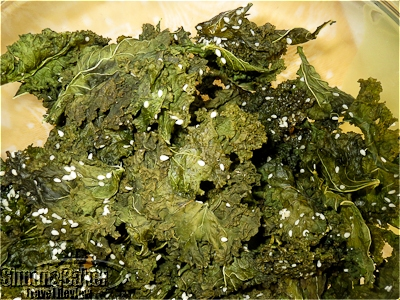 Kale crisps with sesame seeds