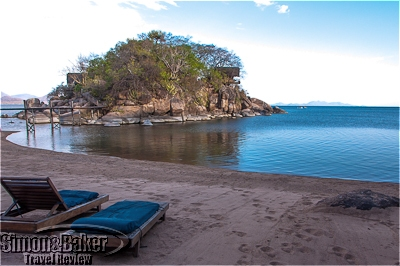 1.Guest accommodations were perched on a granitic promontory jutting into the lake