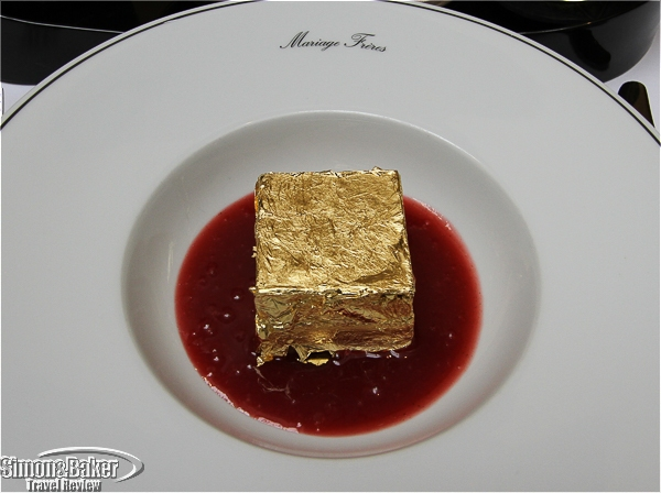Carré d'or (chocolate in gold foil and raspberry)